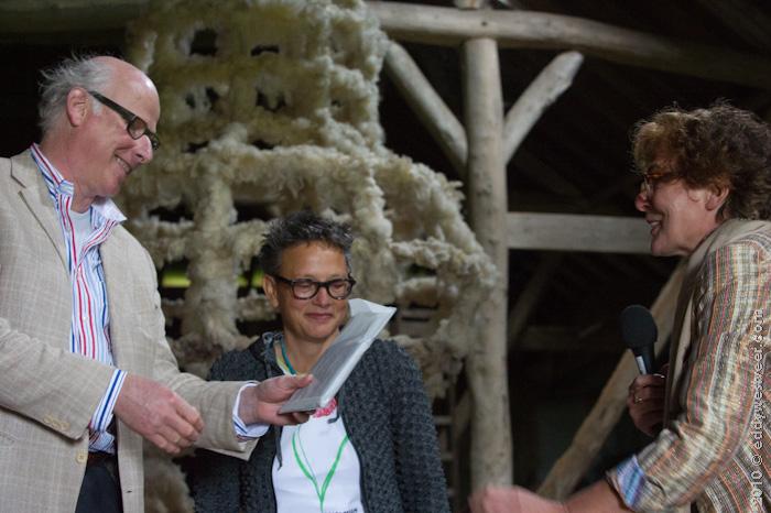 Afsluiting KanaalKunst met Oek de jong en Edith Ramakers (PZC) bij het werk van Ingrid van de linde